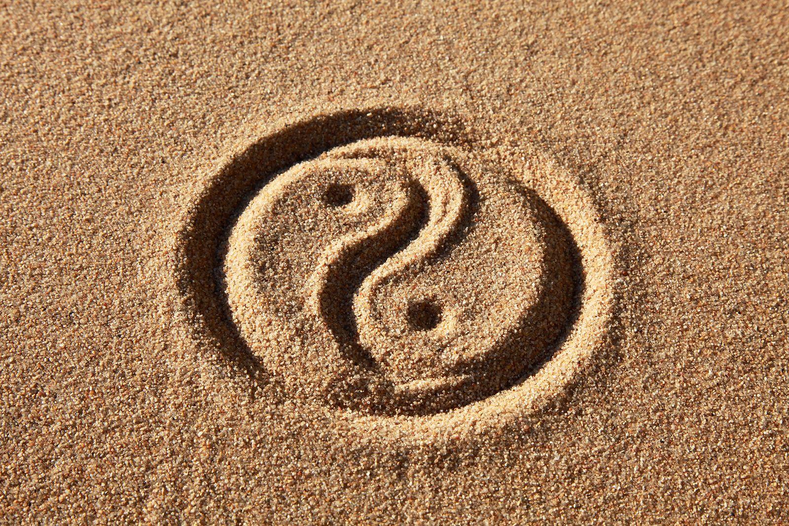 Yin & Yan im Sand